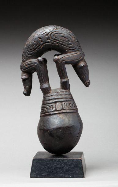 Sculpture rituelle de forme globulaire. Elle...