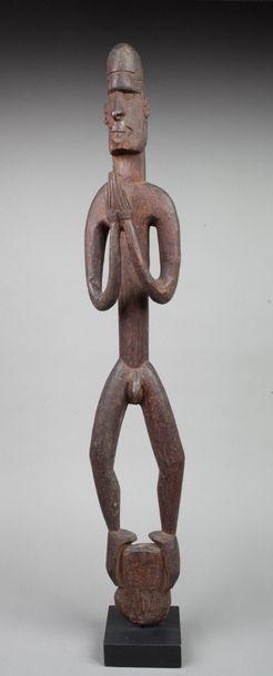 Statue totémique présentant un jeune guerrier...