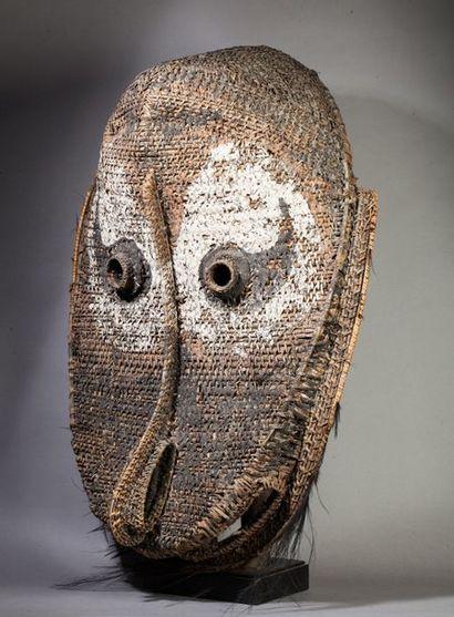 Masque de case présentant une tête ancestrale...