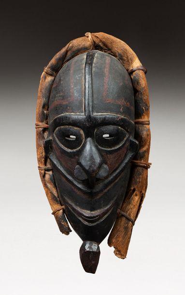 Masque de danse présentant un visage les...