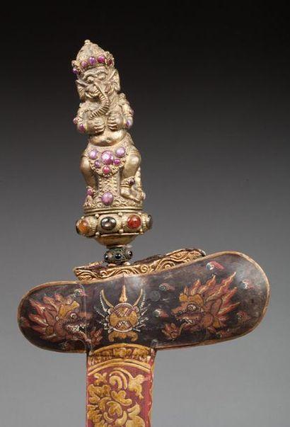 Kriss conservé dans son fourreau agrémenté d'un beau décor peint de rinceaux floraux...