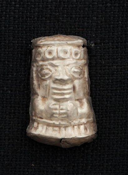 Ensemble de huit ornements de ponchos cérémoniels  Argent natif, découpé, repoussé...