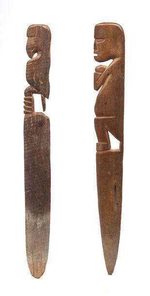 Deux outils de tisserand, l'un présentant...