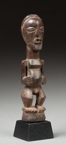 Fétiche anthropomorphe présentant un ancêtre debout, le corps de proportion puissante...