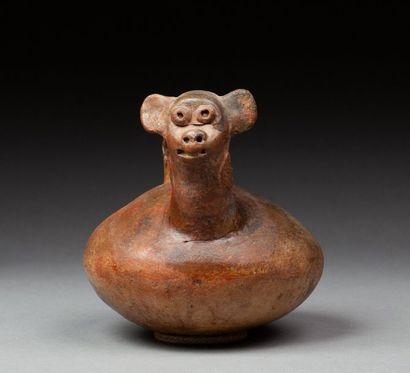 Vase étrier présentant une tête de rongeur,...