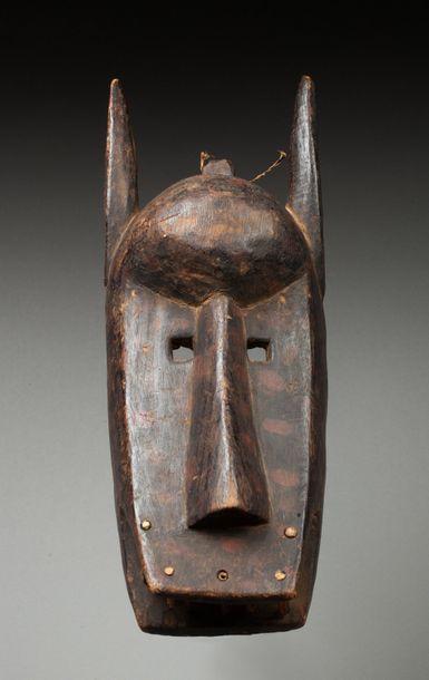 Masque de la société initiatique du Koré. Il est sculpté d'une tête de hyène humanisée,...