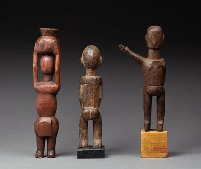 Ensemble de trois statuettes.  Bois, ancienne patine d'usage.  Lobi, Burkina Faso....