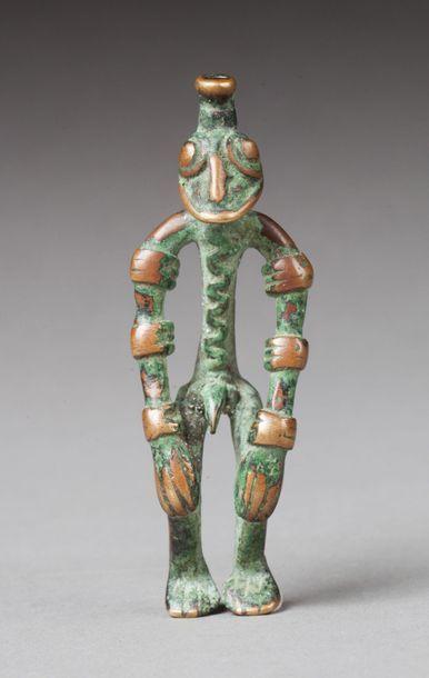 - Amulette présentant un personnage accroupi les mains posées sur le visage dans...