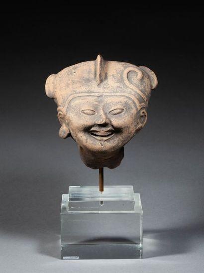 Tête de prêtresse modelée d'un visage souriant...