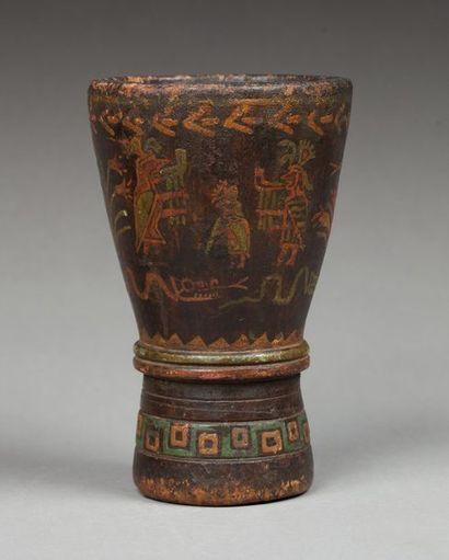 Kéro cérémoniel présentant sur le pourtour un décor de dignitaires, vêtus de leurs...