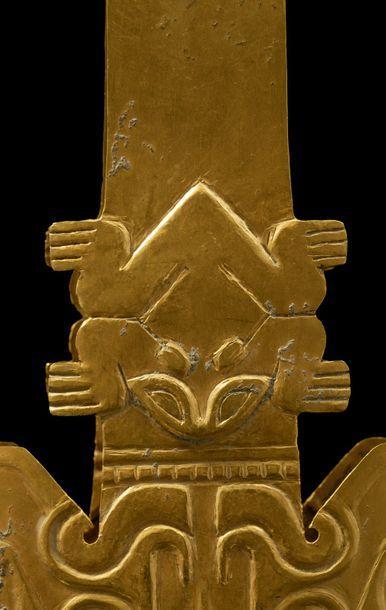 *Ornement de bras en forme de pince à l'effigie du dieu de la Pluie Or découpé,...