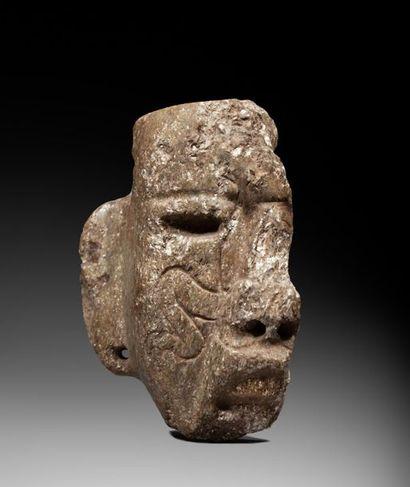 Demi masque présentant un visage à l'expression...