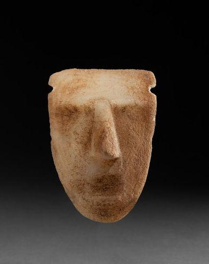 Masque cultuel sculpté d'un visage aux traits...