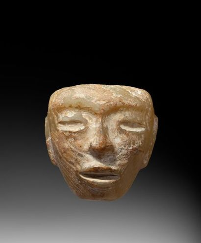 Masque diminutif présentant le visage d'un...