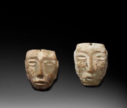Ensemble de deux masques diminutifs, présentant...