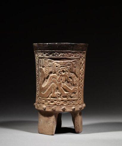 Vase tripode en forme de tambour cérémoniel....