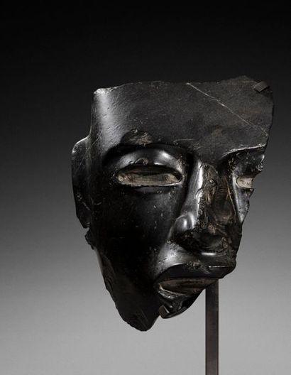 Exceptionnel fragment de masque cultuel présentant le visage d'un grand seigneur,...
