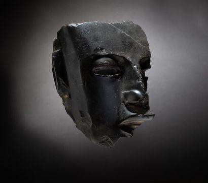 Exceptionnel fragment de masque cultuel présentant...