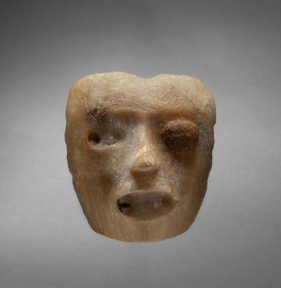 Important masque cultuel présentant le visage...