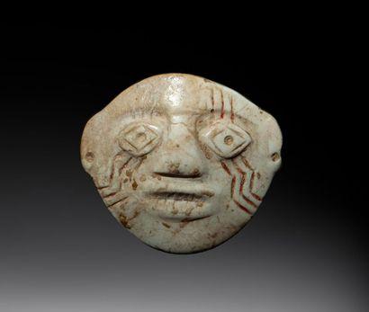 Masque diminutif utilisé comme ornement labial,...