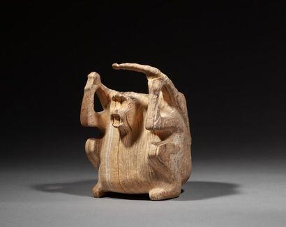 Rare vase présentant un singe assis les bras...