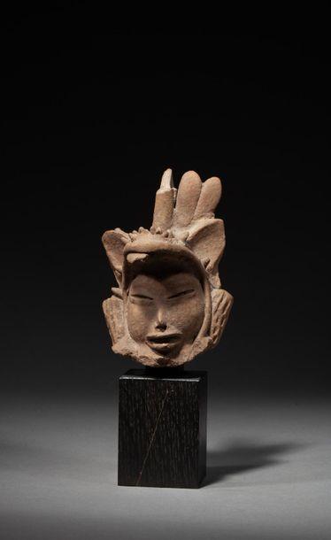 Tête de prêtre du dieu Quetzalcoatl. Il présente...