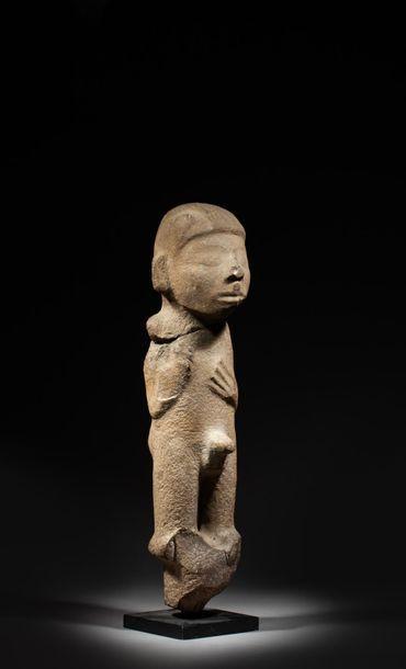 Idole présentant une jeune divinité debout,...