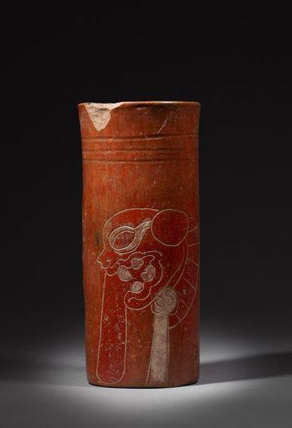 Vase cylindre incisé et peint de la figure...