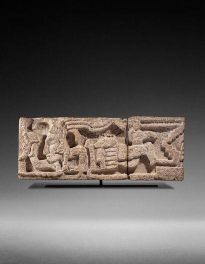 Important bas relief présentant un seigneur prêtre allongé, volant ou flottant dans...