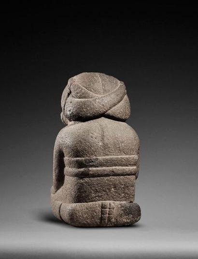 Déesse de la fertilité et de la terre « Coatlicue » présentée assise, ses mains...