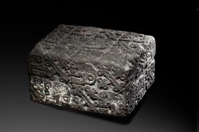 Rare autel cérémoniel quadrangulaire sculpté en ronde bosse de têtes de morts de...