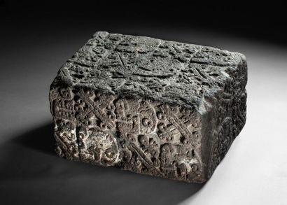 Rare autel cérémoniel quadrangulaire sculpté...