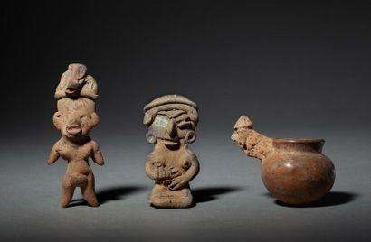 Ensemble: un petit vase chamanique, et deux...