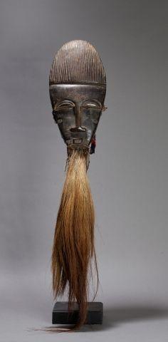 Masque de cérémonie présentant un visage...