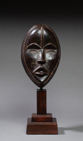 Masque de danse présentant un visage juvénil,...