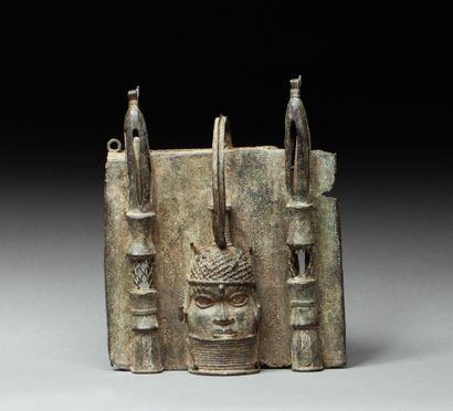 Plaque votive présentant une tête d'Oba avec...