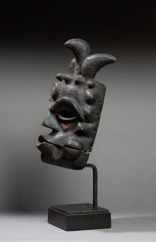 Masque de danse à la machoire articulée et aux traits exorbités symboliquement Bois,...