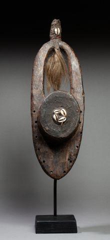 Masque fétiche Bois, cauris, crin de cheval et matières diverses. Anciennes marques...