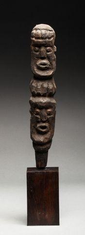 Haut de sceptre présentant deux têtes l'une...