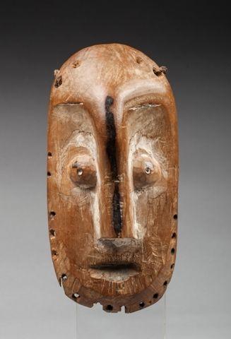 Masque de grade présentant un visage au nez...
