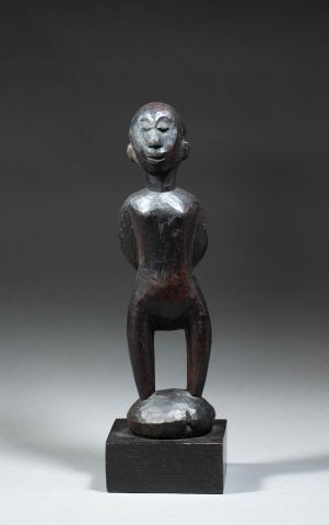 Statuette masculine présentant un chef coutumier,...