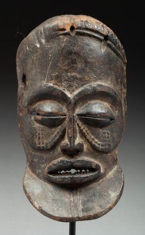 Masque de danse présentant le visage d'un chef à l'expression intériorisée. Bois,...