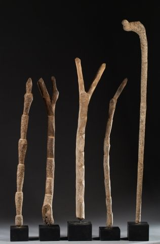Ensemble de cinq échelles votives en bois...