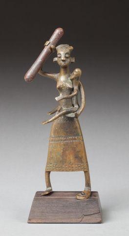 Figure ornementale d'autel cultuel. Elle présente une femme debout portant son enfant...