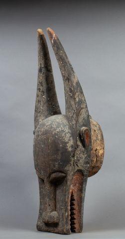 Cimier de danse présentant un masque buffle...