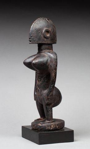 Statuette féminine de la société du Jo. Elle...