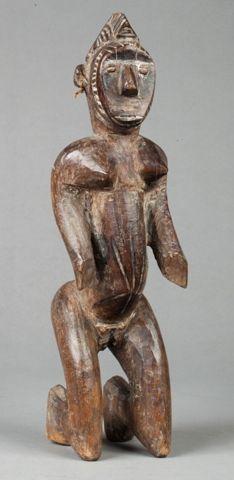 Statue présentant un personnage féminin agenouillé,...