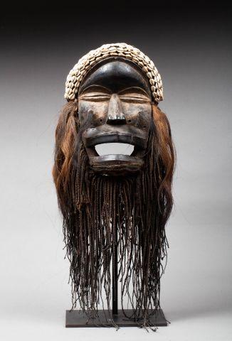Masque de danse présentant un visage à l'expression...