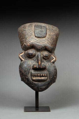 Masque homme présentant un visage à l'expression...