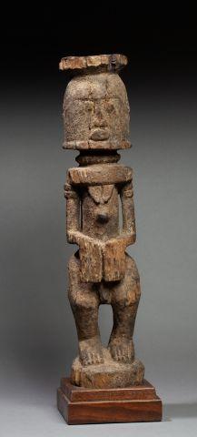 Statue anthropomorphe présentant un personnage...